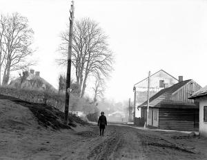 Ryc. 10 Główna ulica (dziś Bruchnalskiego) przy Kościele z zabudową murowano-drewnianą (1930 r.)